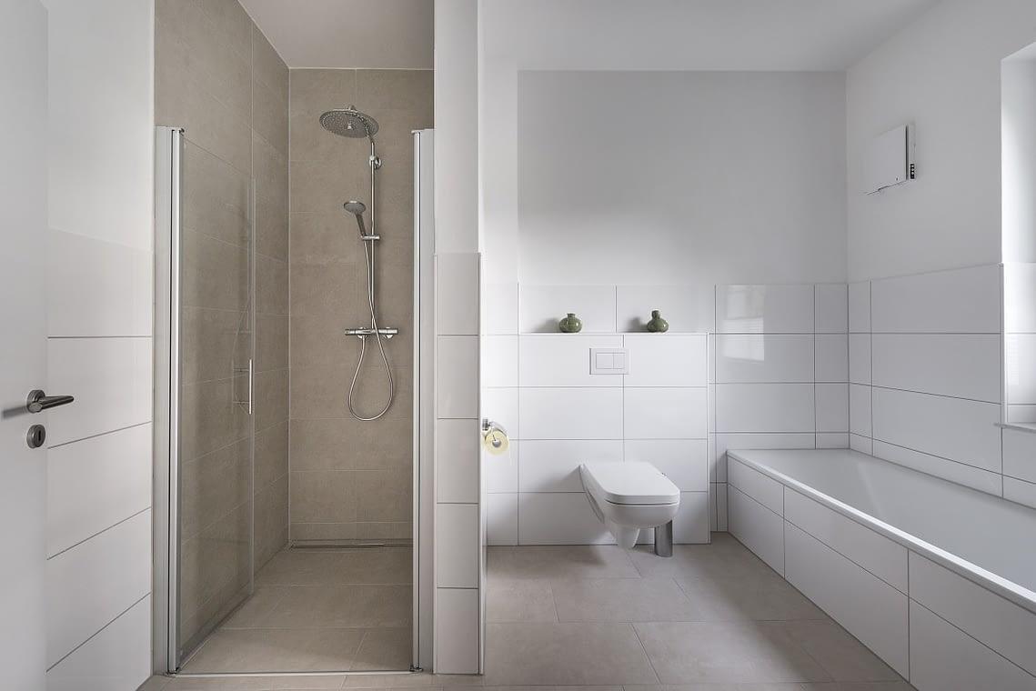 Dusche und Badezimmer in der 5 Sterne Ferienwohnung am See in Bad Zwischenahn