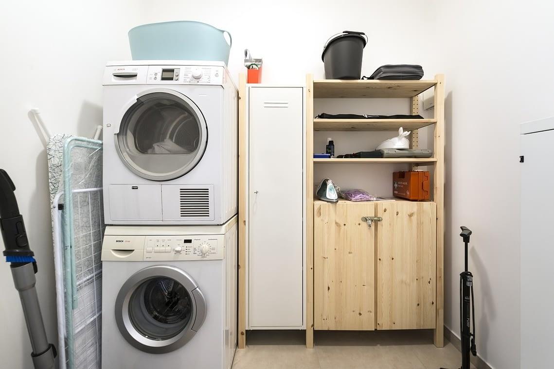 Hauswirtschaftsraum mit Trockner und Waschmaschine