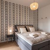 Schlafzimmer mit Boxspringbett Ferienwohnung am See Bad Zwischenahn